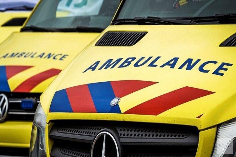 Auto crasht tegen boom bij Berkhout, brandweer knipt dak eraf