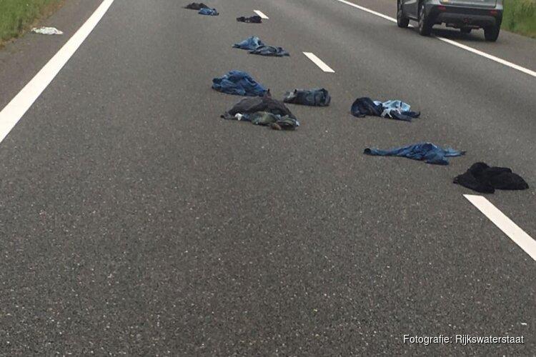 Ritsen op de A7 bij Avenhorn: weg bezaaid met spijkerbroeken