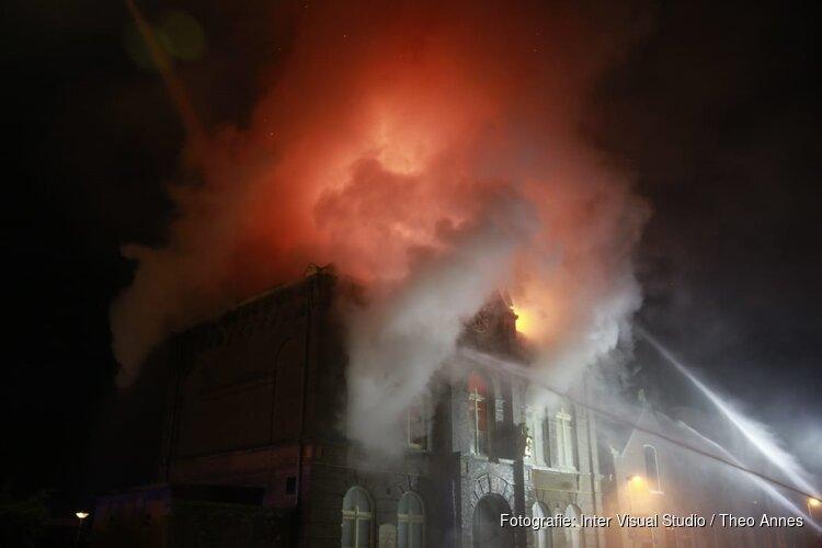 Brand in pand Obdam onder controle, maar 'mogelijk instortingsgevaar'