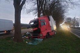 Vrachtwagen ramt boom, bestuurder ongedeerd