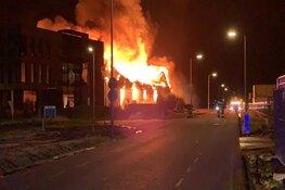 Metershoge vlammen bij brand op industrieterrein in Zwaag