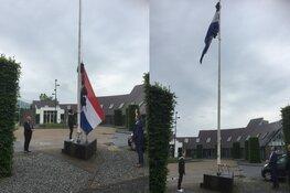 Burgemeester Frank hijst met José de vlag voor geslaagden