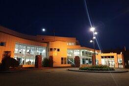Gemeentehuis oranje verlicht