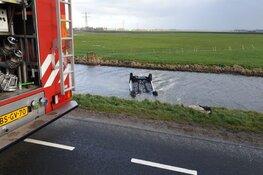 Auto op de kop in het water bij De Goorn: bestuurster gered door omstanders
